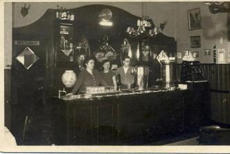 de heer willy joosten is laatst op bezoek geweest bij cafe de zwaan zijn ouders waren de eigenaren van het cafe van ongeveer 1920 tot 1950